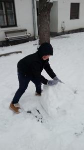 Elsősök hóembert építenek - 2019
